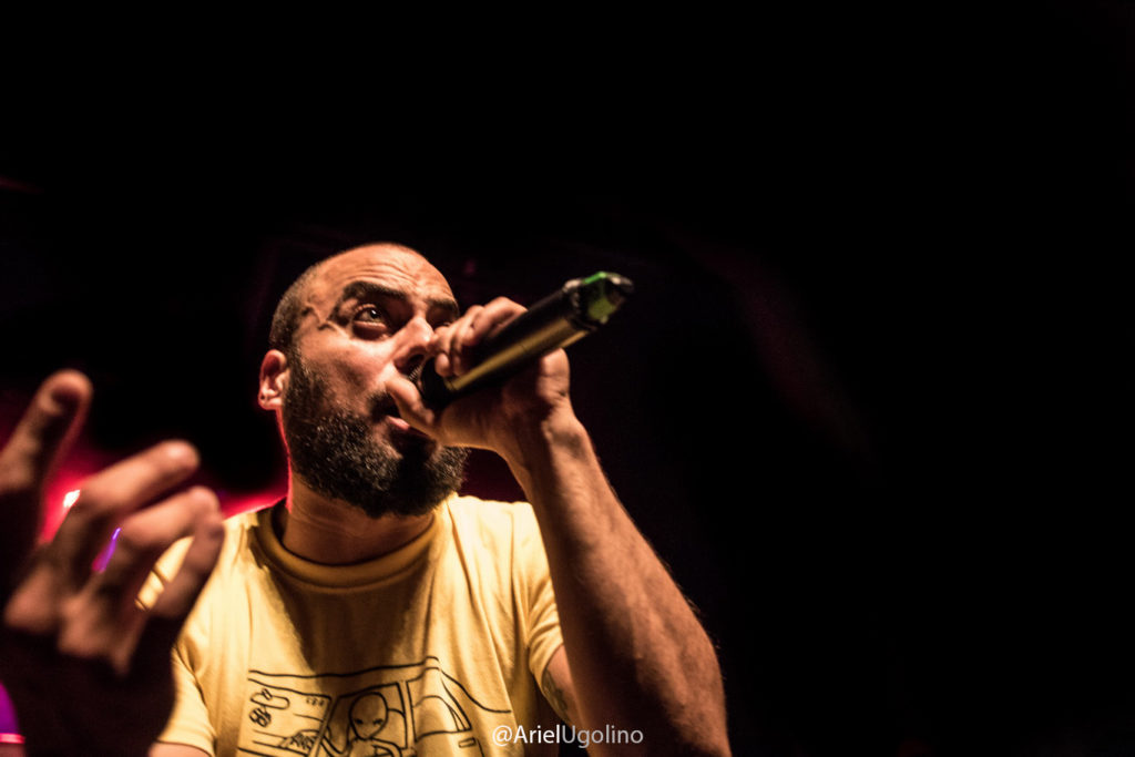 santi mostaffa rapeando con micrófono